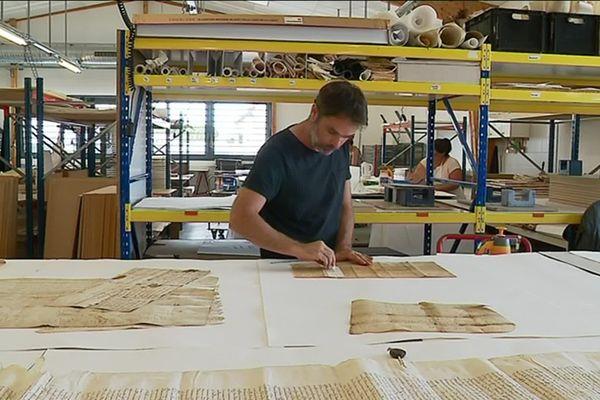 La restauration des parchemins est confiée à Olivier Bourdassol, restaurateur aux ateliers Quillet.