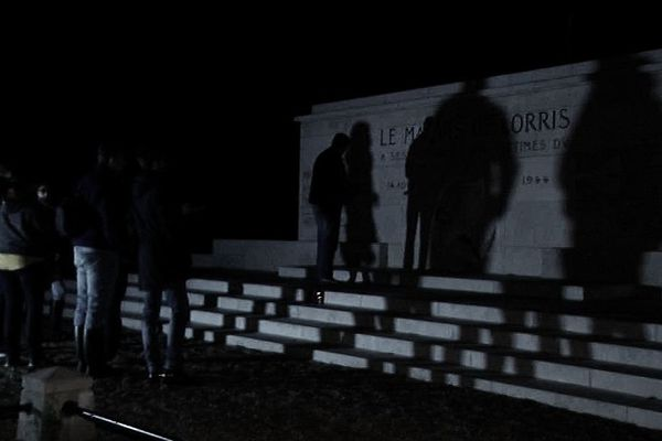 Les chasseurs de fantômes devant le mémorial du maquis de Lorris (Loiret)