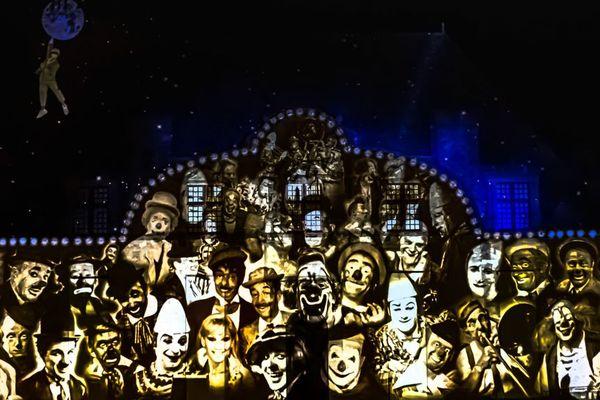 Mondoclowns : projection sur la façade du château de Duras
