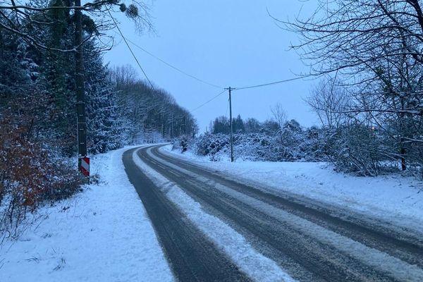 Route enneigée dans la périphérie rennaise