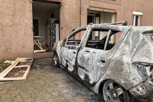 Une voiture a brûlé à proximité d'un logement.