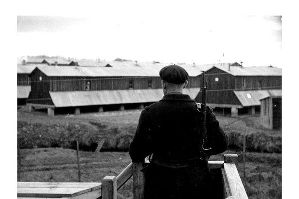 Gardien dans un mirador surveillant le camp d'internement de Saint-Paul d'Eyjeaux en Haute Vienne