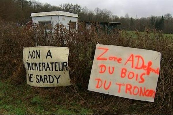 pancartes sur le site où doit être implanté le projet Erscia