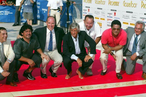 """Monaco le 26 août 2003 lors de l'inauguration. De gauche à droite Antonio Caliendo (fondateur de l'événement) Maradona, SAS le Prince Albert, Gianni Rivera, Just Fontaine, Eusebio et Candido Cannavo (ex directeur de la """"Gazzetta dello Sport"""")"""