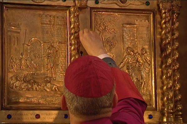 Archives - La châsse de Saint-Martial ouverte par l'évêque de Limoges lors des Ostensions de 2016