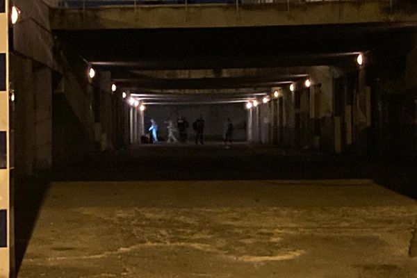 21/09/2021. La police scientifique sur les lieux où 3 hommes ont été pris pour cible par un commando armé, dans le 14e arrondissement de Marseille.