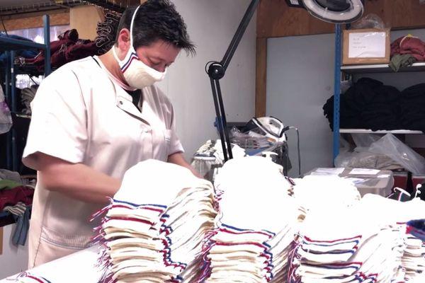 L'atelier Missegle produit 4 000 masques tricotés par jour, et 150 couturières bénévoles leur ajoutent les élastiques.