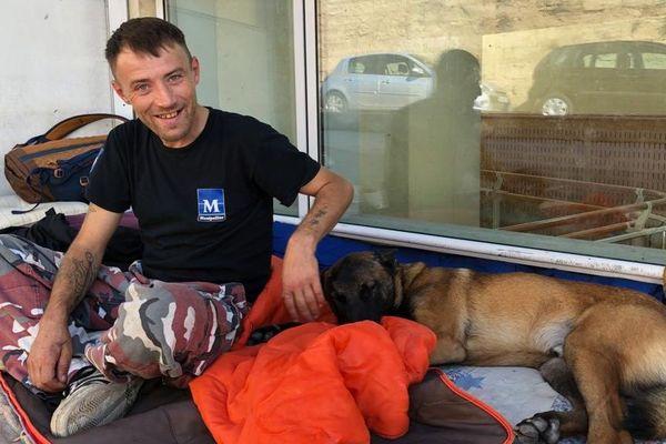 Un des chiens de Robert Szazs, SDF du palais de justice, a été volé et retrouvé grace à une enquête-éclair et l'intervention d'un magistrat