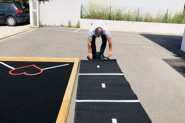 Vincent Lepeltier installe le tapis de jeu.