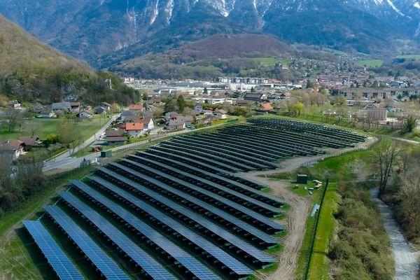 Le parc photovoltaïque de Faverges-Seythenex (Haute-Savoie) s'étend sur 2,7 hectares de terrain.