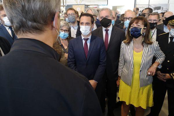 Jean-Baptiste Djebbari, ministre délégué auprès de la ministre de la Transition écologique, chargé des Transports et Carole Delga, présidente de la Région Occitanie, à l'ouverture des Rencontres nationales du transport public, le 28 septembre 2021 à Toulouse.