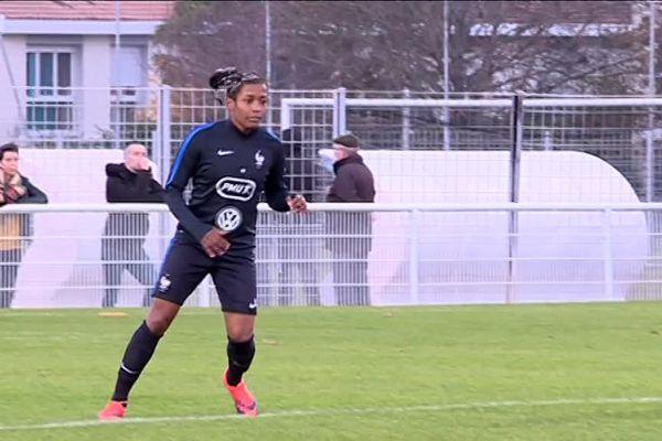 A l'entraînement samedi avant la rencontre avec les Suédoises, Nadjma Ali Nadjim l'attaquante des  Girondins de Bordeaux  connait une ascension fulgurante.
