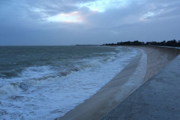 Après l'alerte vague submersion, les digues ont tenu, selon nos collègues en tournage sur place. Comme ici la digue de Boutillon, sur l'Île de Ré.