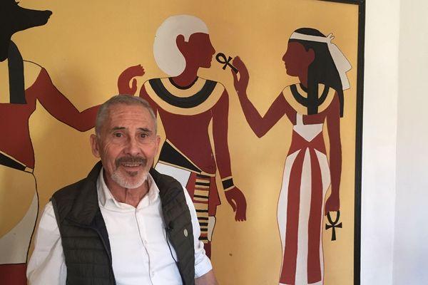 Cette passion se retrouve même sur les murs de sa maison, où il a peint des figures égyptiennes comme ici cette version encore inachevée avec de gauche à droite : Anubis, Toutankhamon et Isis.