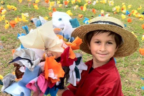 Hugo, 5 ans, peintre et jardinier d'un jour, à Authevernes