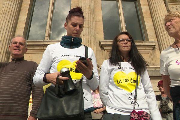 Des participants à la manifestation contre les féminicides devant le Palais de justice du Havre (Seine-Maritime).