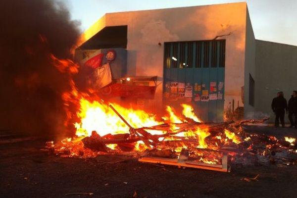 Feu de palettes devant la maison d'arrêt de Villeneuve les Maguelone ce 5 février 2013
