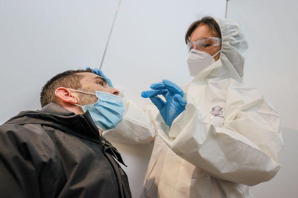 Test PCR effectué dans le centre de dépistage de l'aéroport de Liège, le 30 novembre 2020.