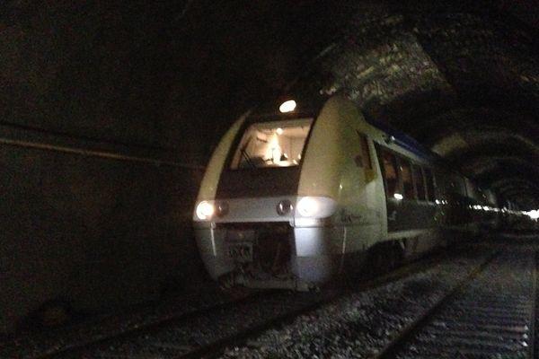 Un TER bloqué sur les voies près de la gare du Creusot après avoir percuté un rocher - 8 décembre 2017