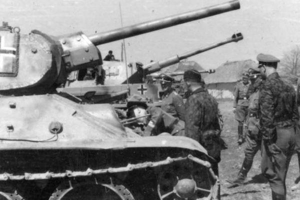 """Union soviétique, près de Kharkov - La division SS """"Das Reich"""", Heinrich Himmler (à gauche) lors de la visite d'un char soviétique."""