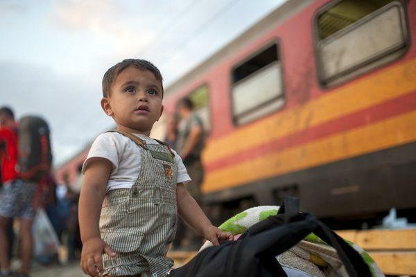 Enfant réfugié aux portes de l'Europe en Macédoine.