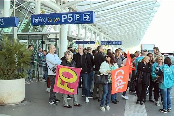 Une trentaine de salariés ont manifesté devant le terminal 2 de l'aéroport Nice Côte d'Azur.
