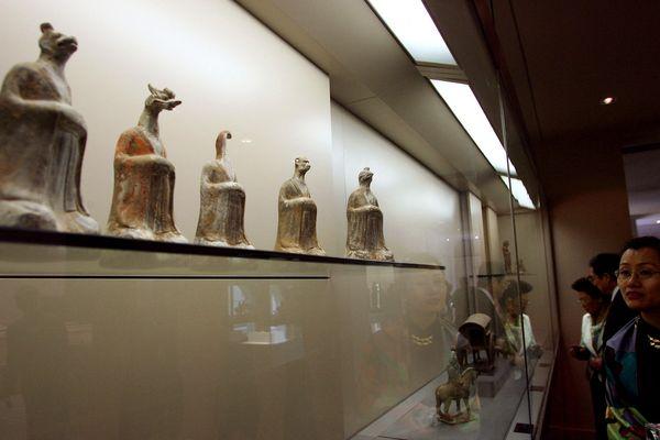 Statuettes dans une salle du Musée Cernuschi qui fait partie des Musées de la Ville de Paris