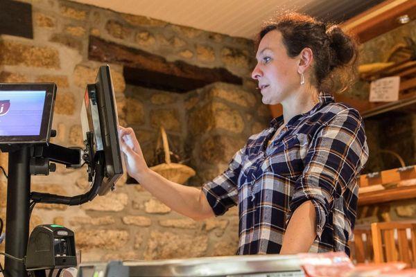 Laury Coyaud dans son épicerie-bar à Silfiac (Morbihan), le 8 février 2019.