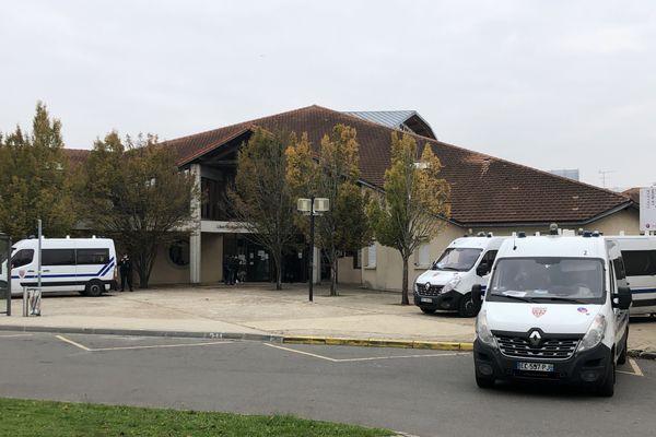 La victime, Samuel P., enseignait l'histoire-géographie au collège du Bois d'Aulne à Conflans-Sainte-Honorine (Yvelines).