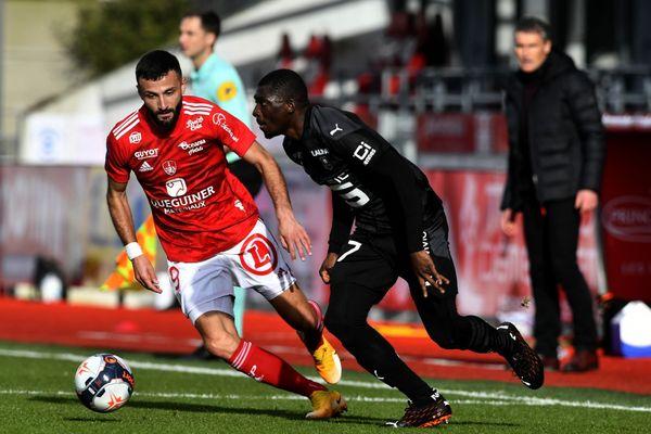 L'attaquant brestois Franck Honorat opposé au défenseur malien de Rennes, Hamari Traoré, lors du derby Brest - Rennes de Ligue 1 au stade Francis Le Blé à Brest