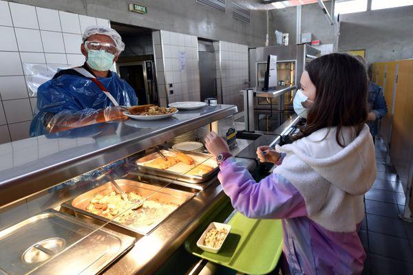 Concilier l'obligation du port du masque toute la journée et les repas à cantine, c'est l'exercice délicat de la rentrée 2020 dans les établissements scolaires.