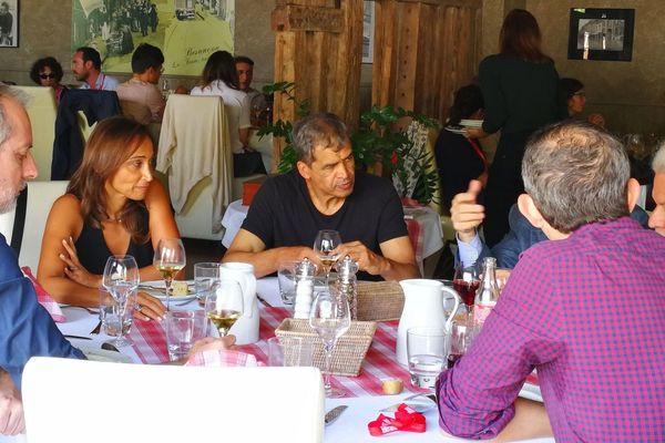 L'écrivain Daniel Picouly, ici au centre, durant sa pause déjeuner