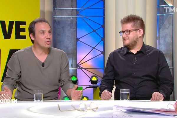 Arnaud Klein sur le plateau de Quotidien avec Alexandre Astier