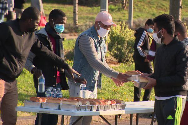 Une distribution alimentaire a lieu chaque jour à 18h pendant le ramadan, à Besançon.