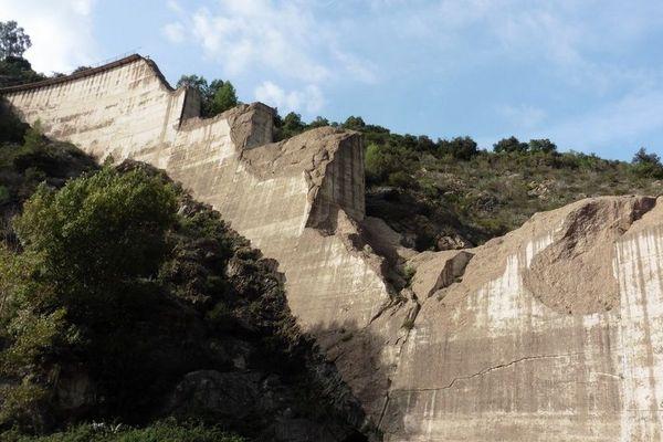 Vue de l'aval du barrage et de son appui en rive droite.