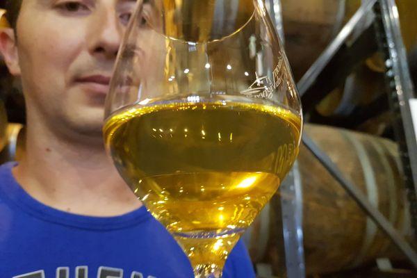La technique de vieillissement du vin jaune, sous un voile de levures, développe des arômes de noix et de curry et une couleur jaune doré