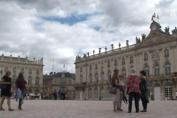En pleine explication, Place Stanislas.