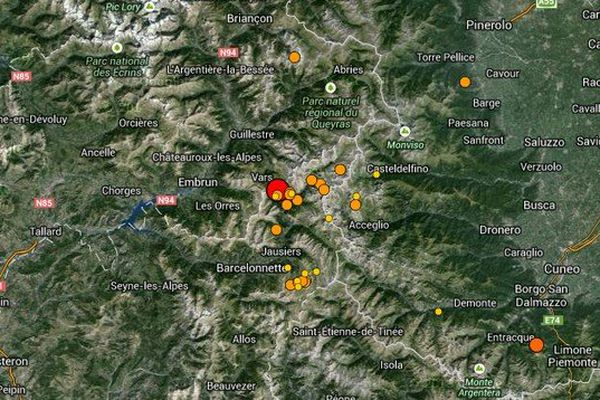 L'épicentre du séisme, qui s'est produit à 21h27, se situe dans les Alpes-de-Haute-Provence, à 7 km de Châteauroux-les-Alpes, 8 km d'Embrun et 10 km de Barcelonnette, selon le Réseau national de surveillance sismique (Renass), basé à Strasbourg.