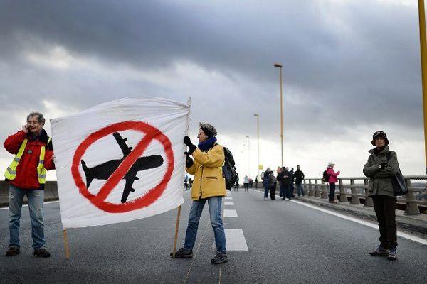 Les opposants à l'aéroport Notre Dame des Landes sur le pont de Cheviré, à Nantes.