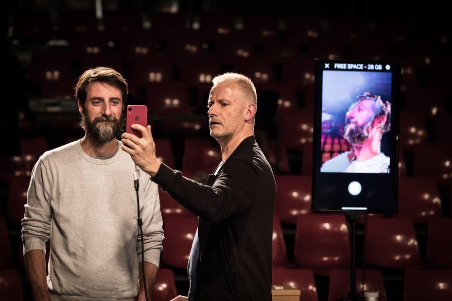 """Scènes : ce magicien mentaliste promet-il vraiment """"Que du Bonheur"""" avec nos smartphones au Théâtre du Rond-Point Paris?"""