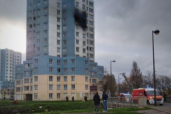L'incendie s'est déclaré au dixième étage d'une tour d'habitation située dans le quartier du Beau-Marais à Calais.