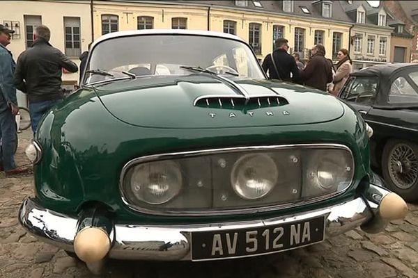 Des automobiles rares sur la Grand' Place de Cassel.