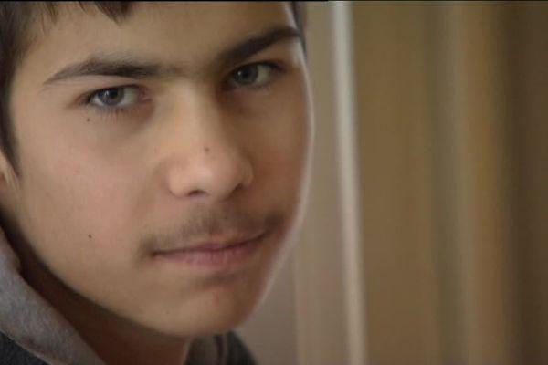 Gabi, un des jeunes occupants des anciens logements de pompiers du Chêne Vert, à Angers.