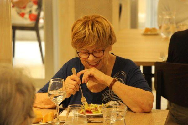 De larges sourires, le repas est un grand moment de convivialité.
