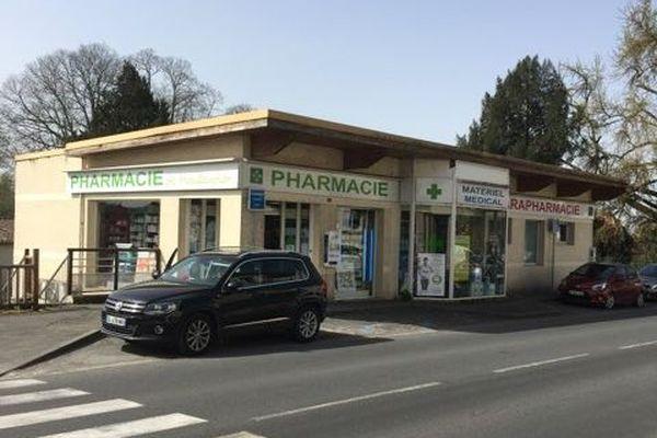 La pharmacie de Mouleydier à côté de Bergerac se met en 4 pour répondre au surplus de travail lié au Covid depuis un an. Pas toujours facile en raison d'une organisation de la pénurie compliquée
