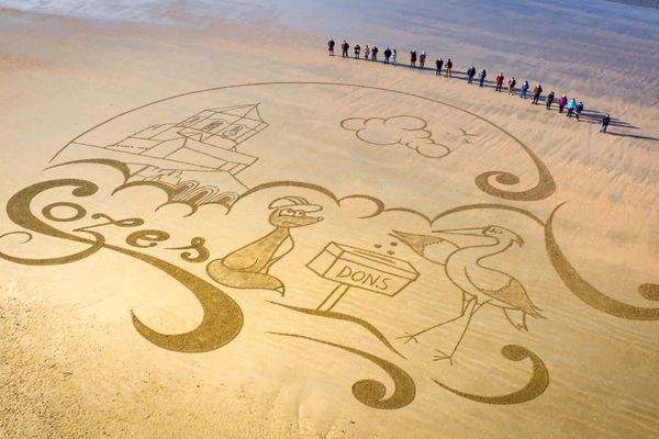 Cozes : l'artiste Jben dessine une fresque sur la plage pour aider l'église à financer sa rénovation