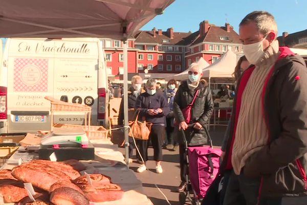 Les clients portent le masque au marché de Beauvais - Février 2021