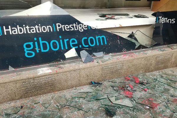 Une vitrine brisée à Rennes lors d'une manifestation interdite de Gilets jaunes