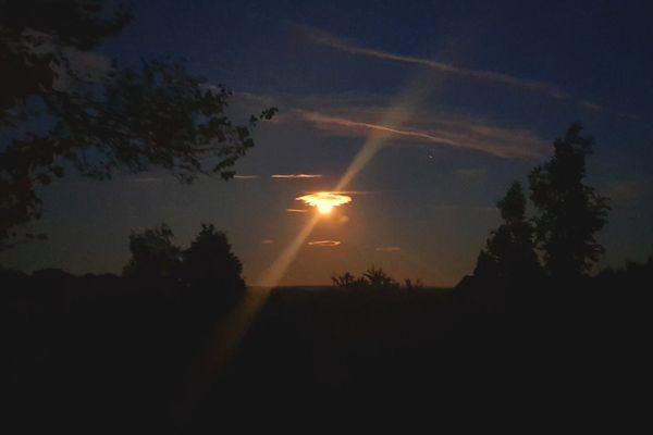 Des phénomènes étonnants envahissent parfois le ciel de Franche-Comté; ici lorsque la lune joue avec les nuages.  Photo Franck Ménestret