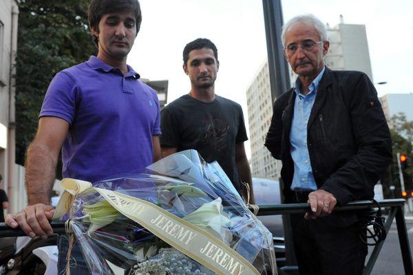 Benjamin (le frère de Jérémy Roze) et Christian (le père de Jérémy) en 2011 lors d'un dépôt de fleurs sur les lieux du crime de Jérémy Roze